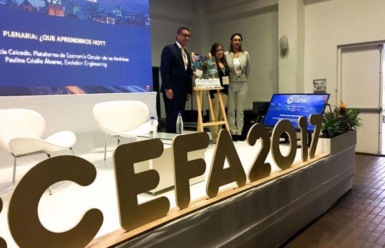 Premiación de la fotografía ganadora por Kevin de Cuba de @EconCirAmericas y Claudia Bedoya de MINCT a Leslie Angelica Aguirre #EconomiaCircular. Fuente: Cuenta de Twitter @EconCirAmericas